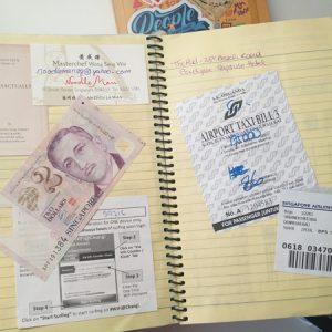 Tagebuch mit eingeklebtem Geldschein und Tickets